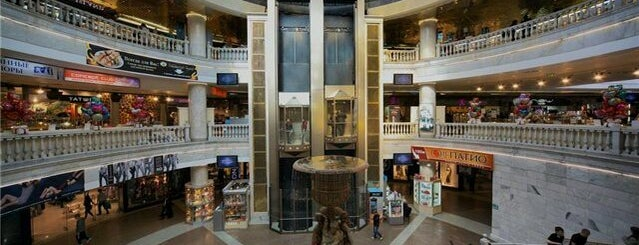 Okhotny Ryad Mall is one of Lugares favoritos de Lena.