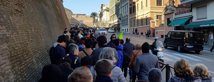 Line to the Vatican Museums is one of Locais curtidos por Kawika.