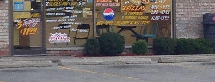 Twin City Pizza is one of สถานที่ที่ Joel ถูกใจ.