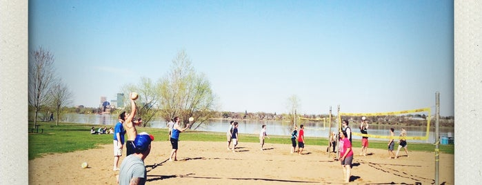 Lake Calhoun Volleyball Courts is one of Posti che sono piaciuti a Alan.