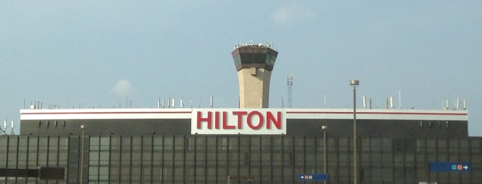Hilton Chicago O'Hare Airport is one of Locais curtidos por David.
