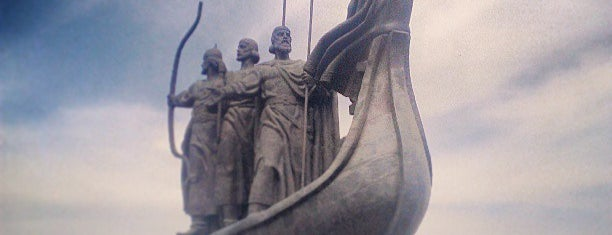 Пам'ятник засновникам Києва (Кий, Щек, Хорив та Либідь) is one of Киев.