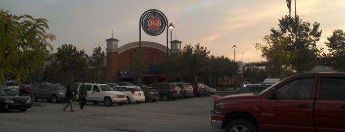 Dave & Buster's is one of Lieux qui ont plu à Tiona.