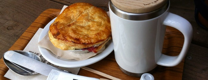 THE DECK COFFEE & PIE is one of Yuzuki 님이 저장한 장소.