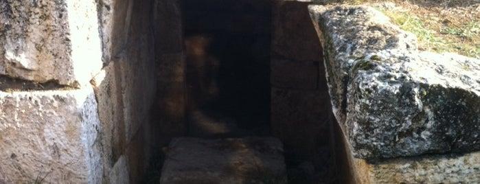 Hierapolis Guney Kapisi is one of Orte, die Yasemin gefallen.