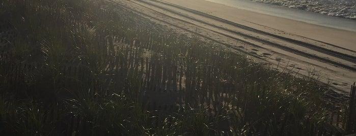 Cherry Grove Beach is one of Tempat yang Disukai Gabbie.