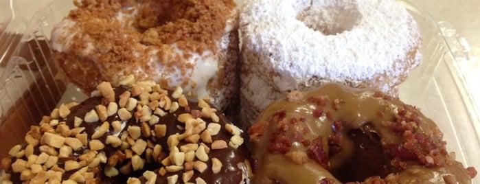 Al's Donuts is one of Locais curtidos por David.