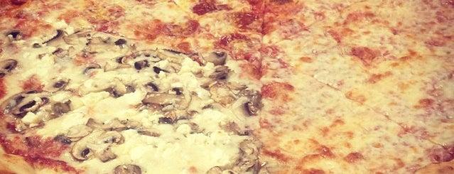 Famous Pizza is one of สถานที่ที่ Stacia ถูกใจ.