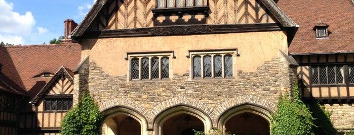 Schloss Cecilienhof is one of Lugares favoritos de Emre.