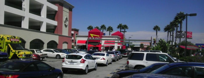 In-N-Out Burger is one of Tempat yang Disukai Jason.