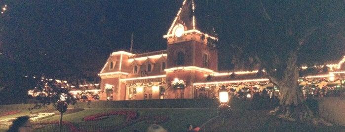 2012 Disneyland Candlelight Ceremony is one of Lugares favoritos de Lauren.