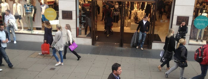 H&M is one of Orte, die Safia gefallen.