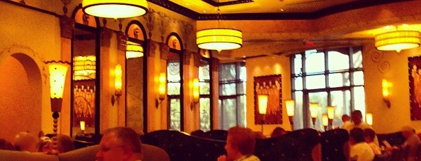 Grand Lux Cafe is one of Lugares favoritos de ATL_Hunter.