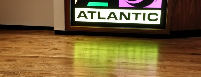 Atlantic Records is one of Locais curtidos por Blake.