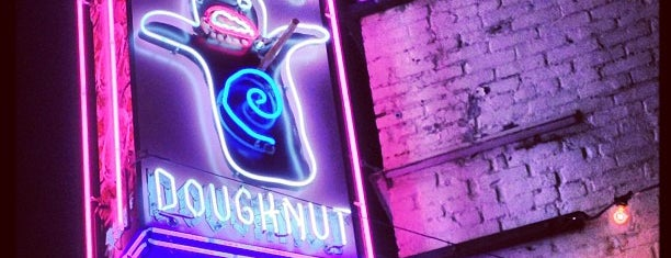 Voodoo Doughnut is one of Lugares favoritos de Crispin.
