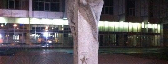 Памятник Александру Матросову is one of Lieux qui ont plu à Kufzuk.