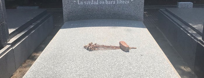 Cementerio civil is one of 100 cosas que hacer en Madrid.