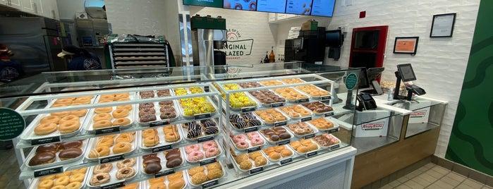 Krispy Kreme Doughnuts is one of Tempat yang Disukai Mei.
