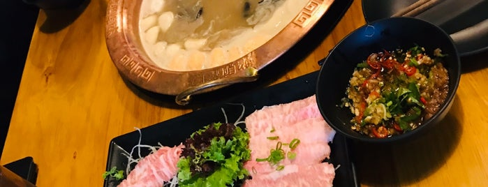 LongQing Hot Pot is one of Andrewさんのお気に入りスポット.