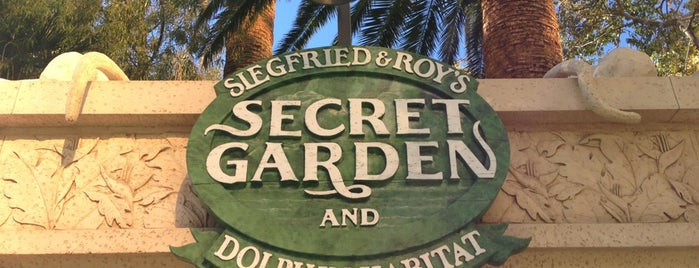 Siegfried & Roy's Secret Garden and Dolphin Habitat is one of Andrea & Molly turn ages.