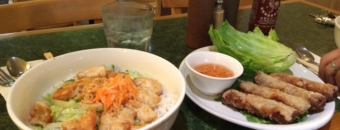Vietnam Restaurant is one of สถานที่ที่ Catarina ถูกใจ.