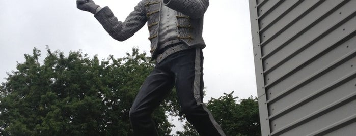 Michael Jackson Statue is one of Redskins.