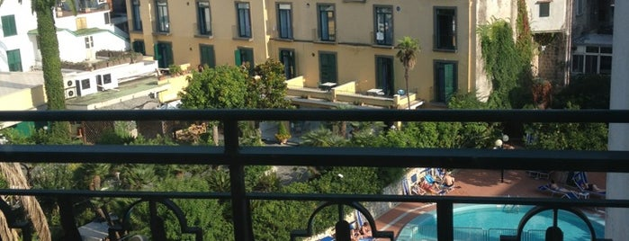 Carlton International Hotel Sorrento is one of Lugares favoritos de Elena.