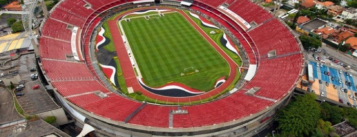 Estádio Cícero Pompeu de Toledo (Morumbi) is one of สถานที่ที่ Cristi ถูกใจ.