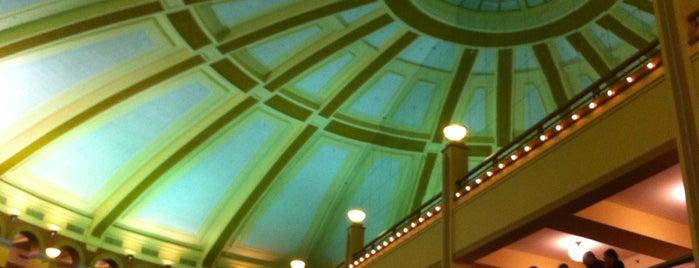 Miller High Life Theatre is one of Tempat yang Disukai Julie.