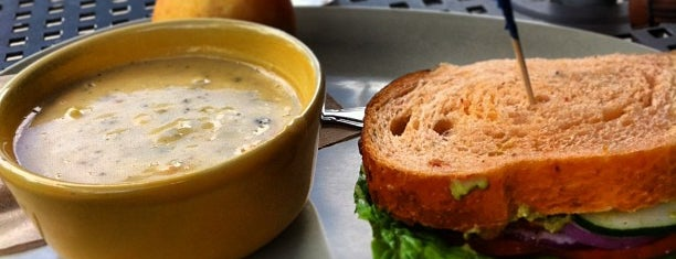 Panera Bread is one of Lugares favoritos de Amanda.