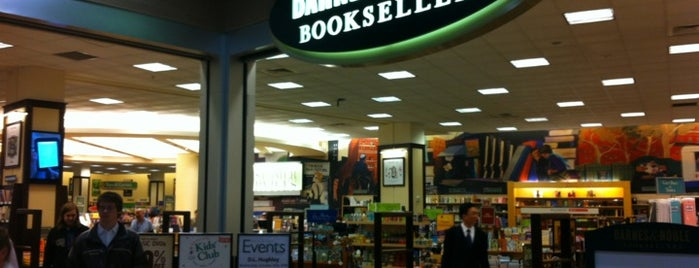 Barnes & Noble is one of Lugares guardados de Nina.