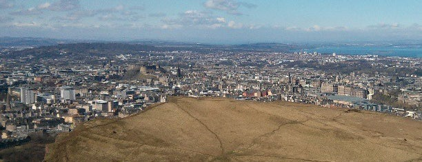 Arthur's Seat is one of Edinburgh/Scotland 🏴󠁧󠁢󠁳󠁣󠁴󠁿.