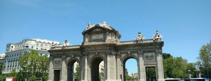 Puerta de Alcalá is one of Atardecer en Madrid.