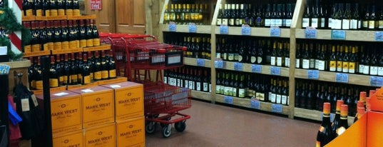 Trader Joe's Wine Shop is one of Lugares favoritos de Viviana.