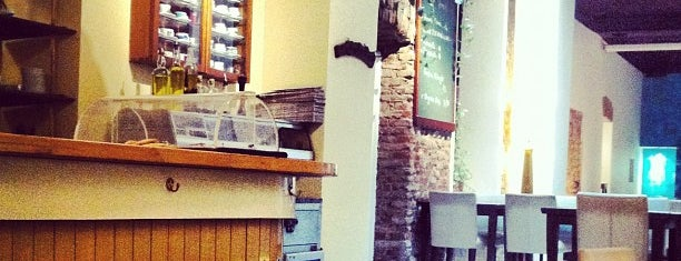 Şimdi Cafe is one of Cihangir - Taksim'de Buluşma ve Kahve Noktaları.