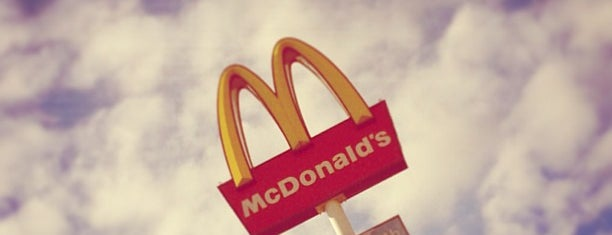 McDonald's is one of Locais curtidos por Max.