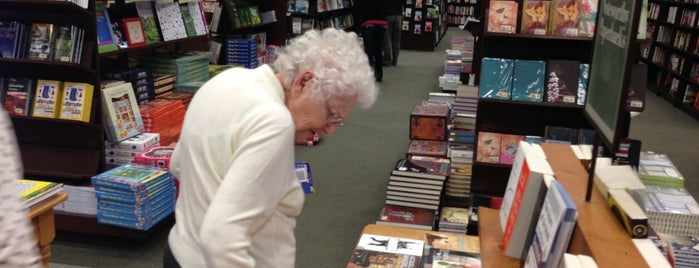 Barnes & Noble is one of Robyn 님이 좋아한 장소.