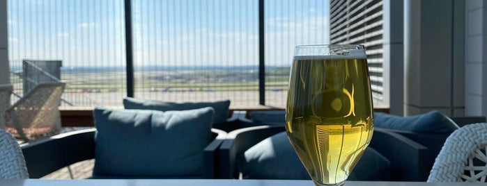 Delta Sky Club is one of Beverlyさんのお気に入りスポット.