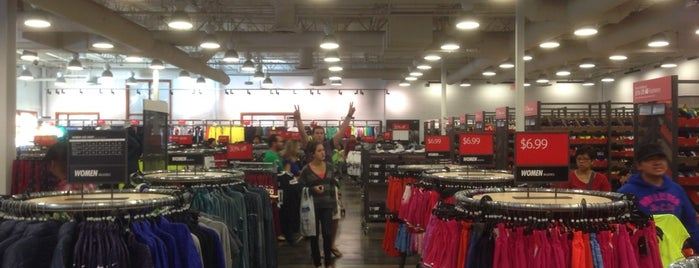 Nike Factory Store is one of สถานที่ที่ L.D ถูกใจ.