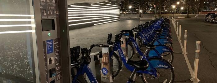 Citi Bike Station is one of สถานที่ที่ Tim ถูกใจ.