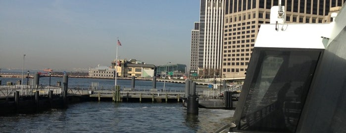 NY Waterway Ferry - Wall St/Pier 11 Terminal is one of Orte, die Jenna gefallen.