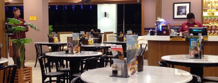 OLDTOWN White Coffee is one of Cafés.