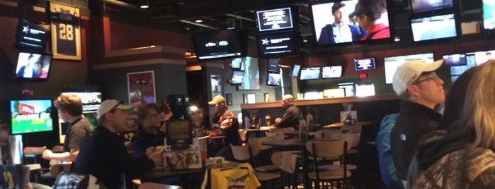 Buffalo Wild Wings is one of Locais curtidos por Terri.