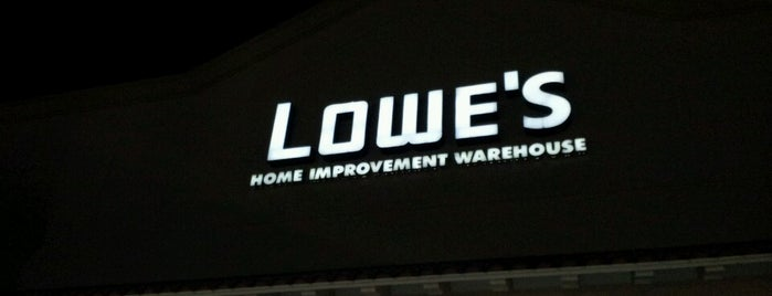 Lowe's is one of Christinaさんのお気に入りスポット.