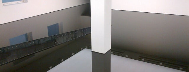 Saatchi Gallery is one of Richard Wilson sculptures.