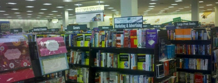 Barnes & Noble is one of Tempat yang Disukai Eve.