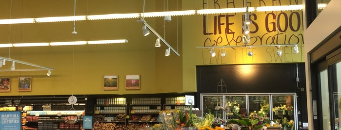 New Seasons Market is one of Lugares favoritos de Colleen.