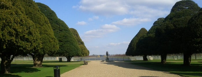 Hampton Court Palace Gardens is one of Carlさんのお気に入りスポット.