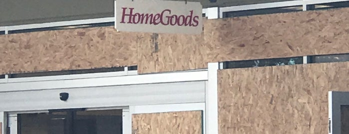 HomeGoods is one of Orte, die Mujdat gefallen.