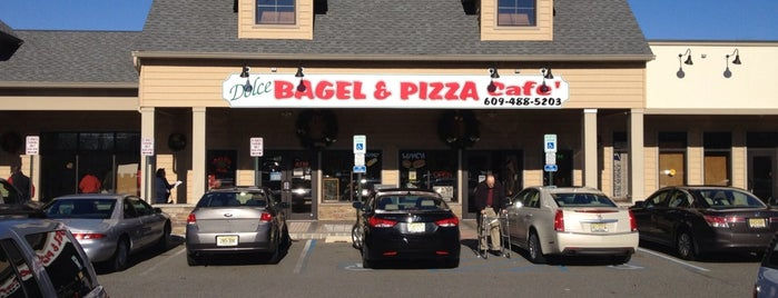 Dolce Bagel & Pizza Café is one of Locais salvos de Lizzie.